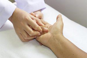 Изображение - Восстановление локтевого сустава после травмы massag-palca-300x200