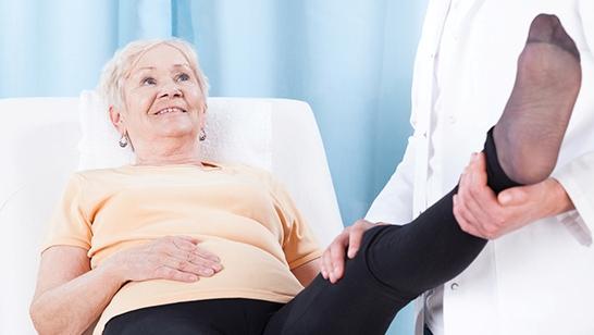 Перелом шейки бедра у пожилых людей симптомы и лечение