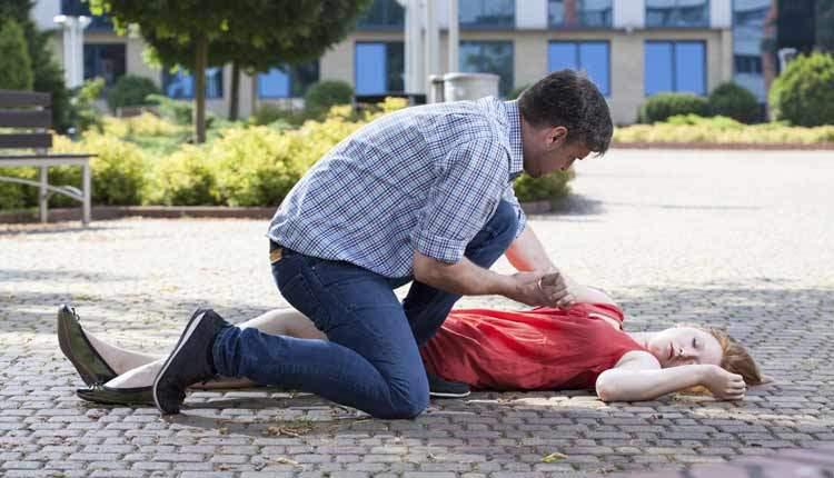 Потеря сознания (обморок) при высоком давлении: причины и первая помощь